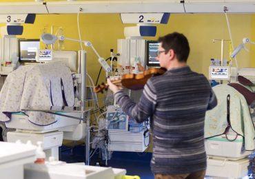 Un violinista suona speciali ninnenanne per i neonati prematuri della Terapia Intensiva Neonatale di Cuneo