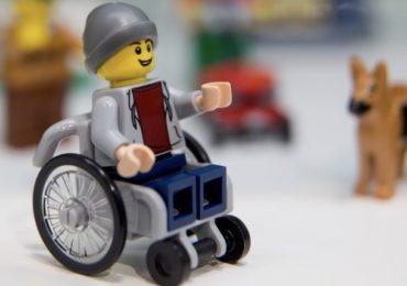 LEGO: arriva il primo omino in carrozzina per combattere lo stigma sulle disabilità