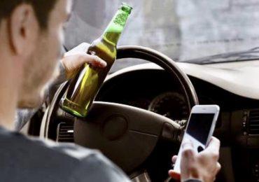 È più pericoloso un conducente in stato di ebbrezza o uno che utilizza il cellulare?