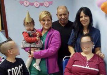 Ricoverata in ortopedia dopo un grave incidente: gli infermieri organizzano una festa a sorpresa per il primo compleanno della figlia