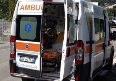 Adolescente si sloga una caviglia: gruppo di coetanei sequestra il personale del 118 per prestargli soccorso immediato