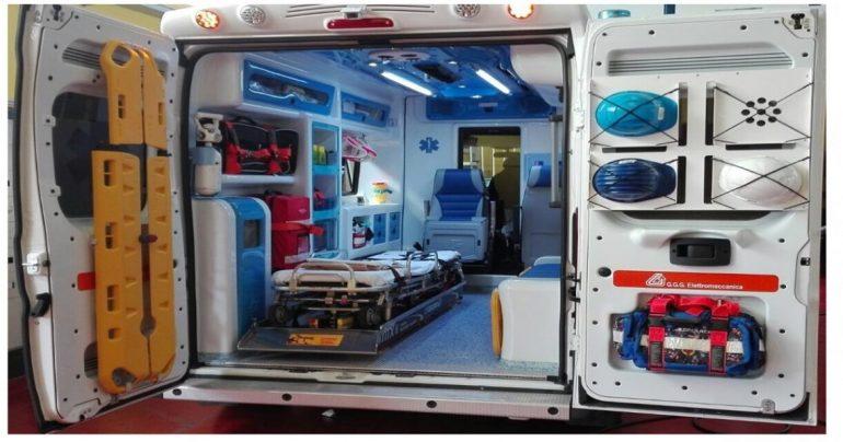 Ambulanza saccheggiata di materiale e attrezzature sanitarie mentre il personle del 118 rianima un paziente