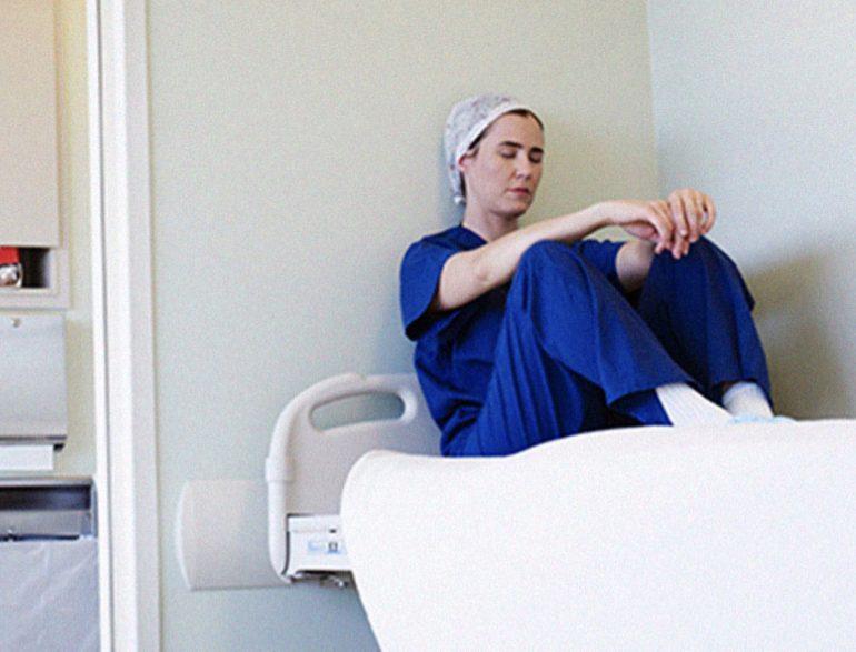 Burnout, carichi di lavori disumani e demansionamento: 1 infermiere su 5 appende la divisa al chiodo a causa della depressione
