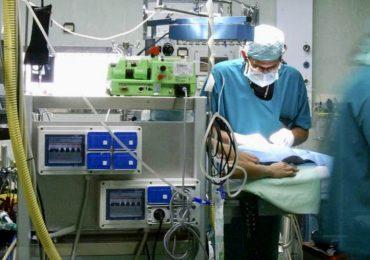 Non condividono la diagnosi del medico: famigliari invadono la sala operatoria durante un delicato intervento per parlare con il primario