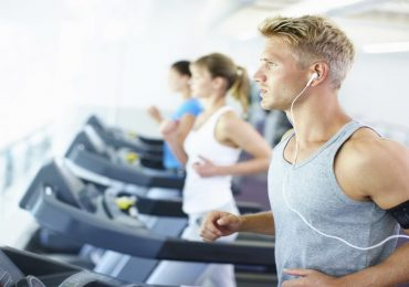Studio rivela: ascoltare musica durante l'attività fisica riduce lo sforzo.