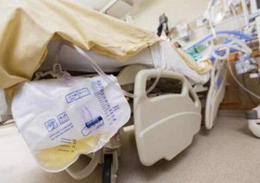 """""""Togli subito quel catetere!"""": famigliare tenta di strangolare infermiera che rifiuta di eseguire i suoi ordini"""