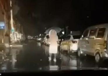 Wuhan, segue in auto la moglie infermiera: lei rifiuta un passaggio per non contagiarlo.
