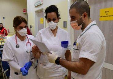 """Coronavirus, l'appello di medici e infermieri: """"La priorità deve essere chi cura e assiste""""."""