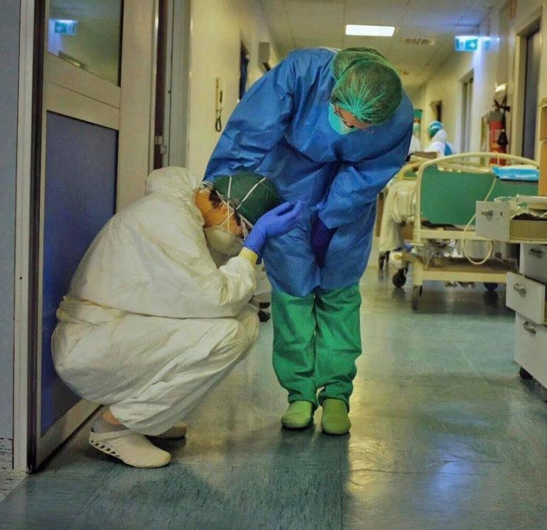 Gli operatori sanitari italiani sacrificano la loro salute nella battaglia contro COVID–19 per la carenza di DPI