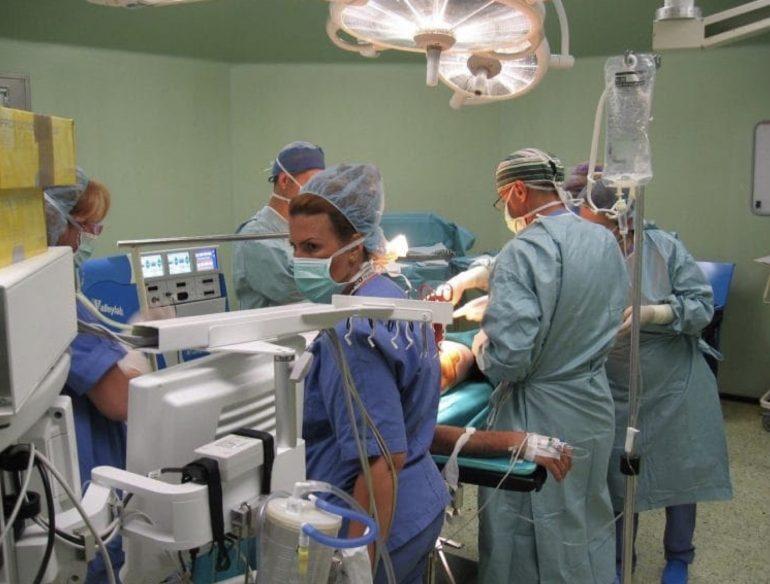 Nasconde positività al Coronavirus per non rimandare la rinoplastica: contagia chirurgo, infermiere e anestesista