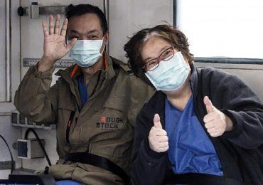 """La coppia di Wuhan ringrazia infermieri, medici e oss d'Italia:""""Ci avete salvato la vita"""""""
