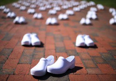Coronavirus: gli zoccoli degli infermieri morti allineati in segno di protesta davanti alla Casa Bianca