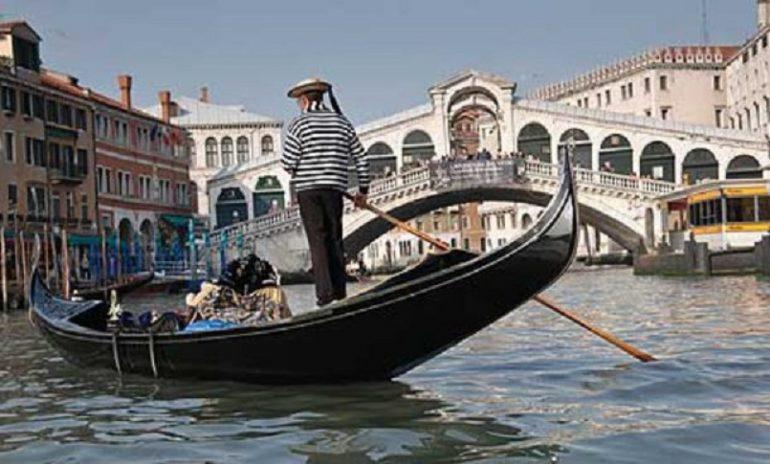 Coronavirus, gondolieri donano 100 tour di Venezia a medici e infermieri