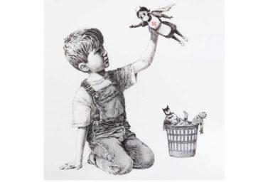 Il fumettista Banksy rende omaggio agli infermieri raffigurandoli come supereroi