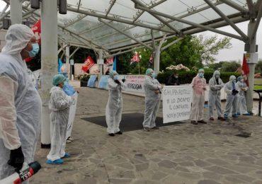 Incatenati davanti al San Raffaele, protestano i lavoratori dell'ospedale