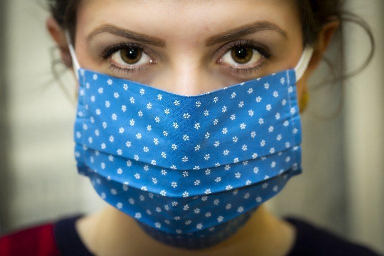 Perché indossare le mascherine? Riducono i contagi della metà