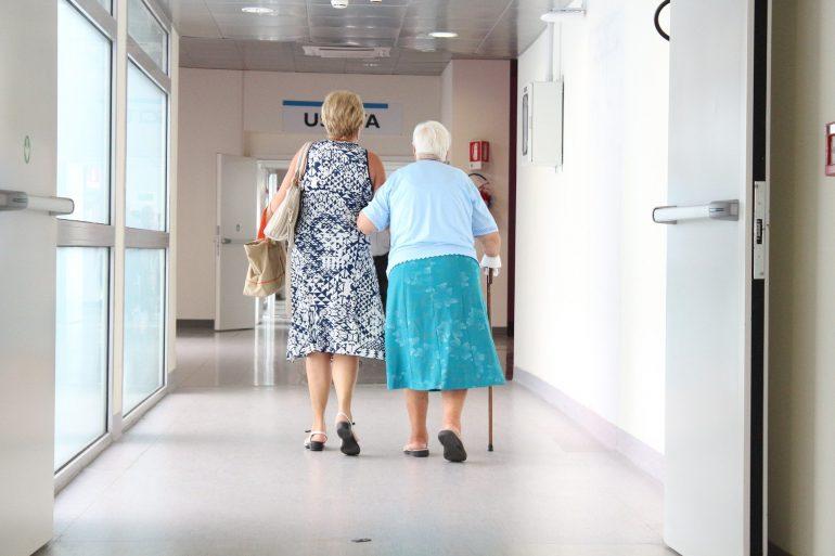 «Troppi morti nelle case di riposo: nelle Rsa l'assistenza infermieristica deve essere in mano agli infermieri»