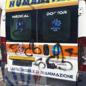 """Ambulanza del 118 imbrattata da numerosi disegni osceni durante un'urgenza:""""È finita l'epoca degli eroi"""" 2"""
