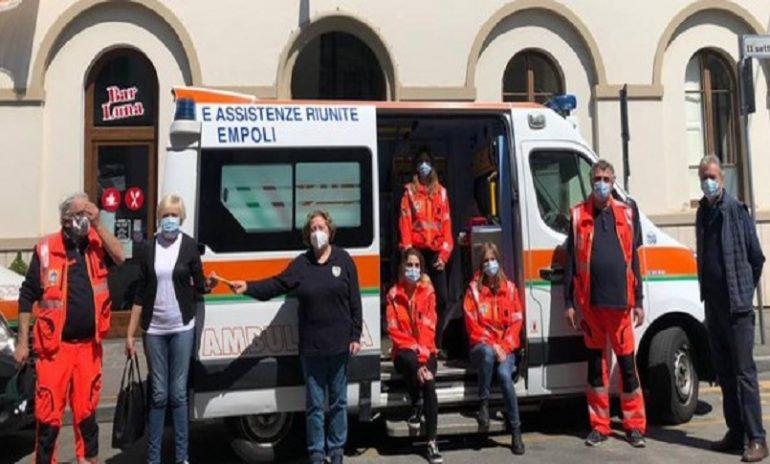 Donna partorisce in ambulanza: l'infermiere si improvvisa ostetrico