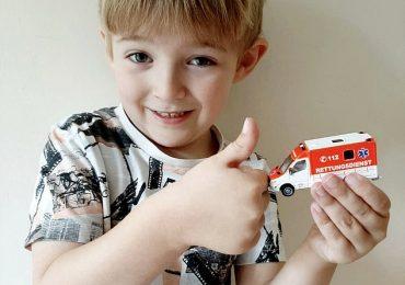 Bimbo di 5 anni salva la vita della mamma diabetica chiamando il numero presente sull'ambulanza giocattolo