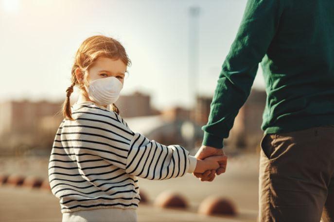 Come dovrebbero indossare la mascherina i bambini?