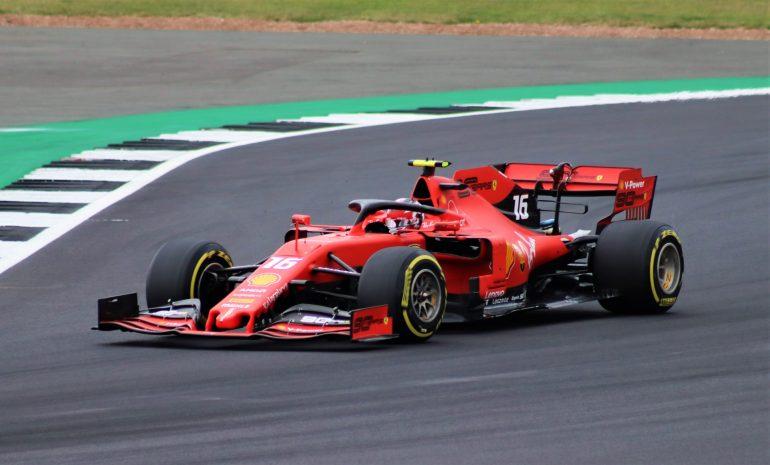 Infermieri e medici: gli unici spettatori al Gran Premio di Formula 1