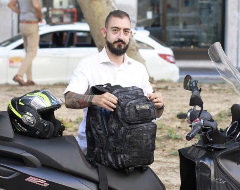 Mirko, l'infermiere in moto che garantisce le cure palliative ai malati terminali di Covid-19 a domicilio