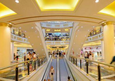 Muore al centro commerciale: la folla ostacola i soccorsi del 118 per scattarsi selfie con la vittima