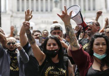 Roma: migliaia di NoMask e negazionisti del Covid-19 manifestano contro infermieri e medici