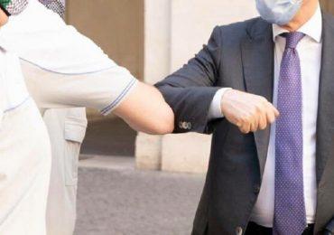 """Coronavirus, Oms dice no al saluto col gomito: """"Non garantisce la distanza di sicurezza"""""""