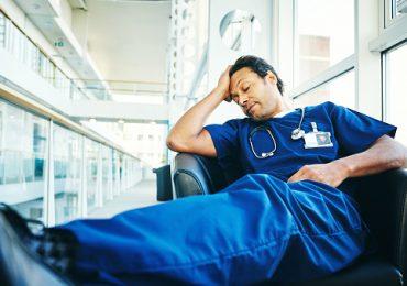 Infermiere che dorme durante il turno di notte rischia licenziamento?