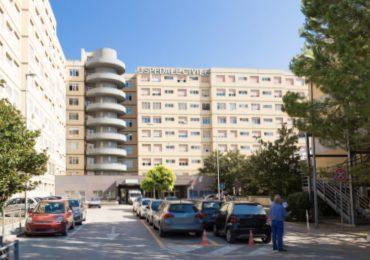 Paziente armato di coltello minaccia gli infermieri e fugge: i carabinieri lo riportano in ospedale