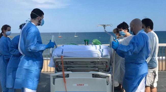 Perché il personale sanitario dell'Hospital de Mar porta i malati di Covid-19 in riva al mare?