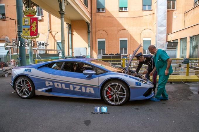 A 230 km/h con la Lamborghini della Polizia per salvare un bambino in attesa di trapianto