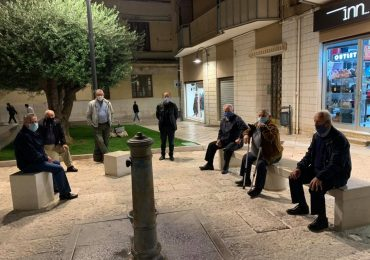 Anziani in piazza a distanza e con mascherina: così si può convivere con il Covid-19