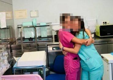 Baci e abbracci tra medici e infermieri durante la festa in reparto. Guai in vista per 20 professionisti della salute