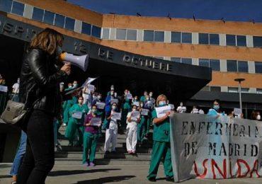 Coronavirus, la protesta degli infermieri spagnoli contro le mancate assunzioni