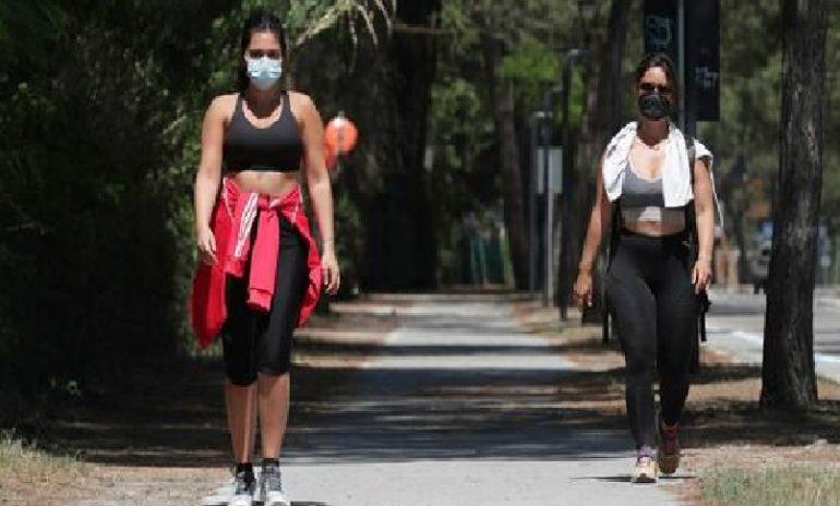 Coronavirus, obbligo di mascherina all'aperto: sì per l'attività motoria, no per quella sportiva