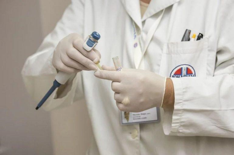 Medico postivo al Covid continua a visitare e infetta un paziente: indagato