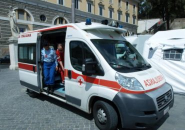 Vuole fumare in ambulanza e aggredisce l'infermiere