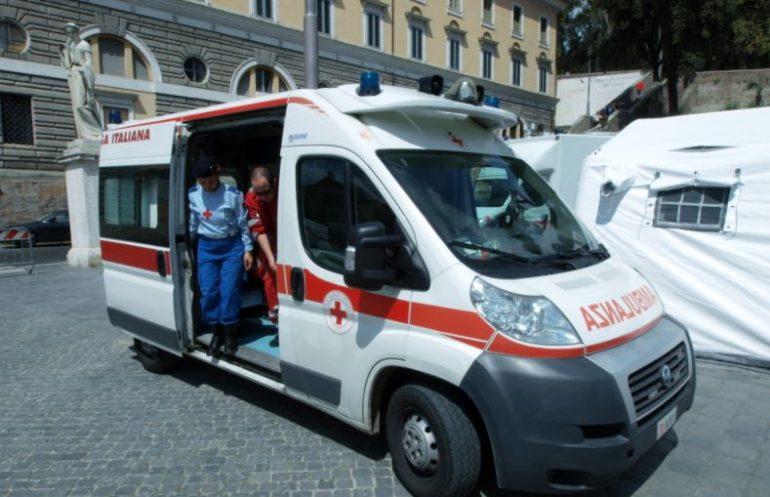 Vuole fumare in ambulanza e aggredisce l'infermiere