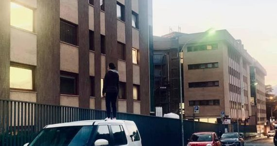Como, in piedi sul tetto dell'auto per salutare mamma ricoverata per Covid-19