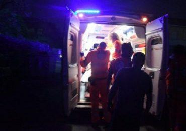 Coronavirus, negazionisti in azione a Torino: inseguono l'ambulanza e insultano gli operatori