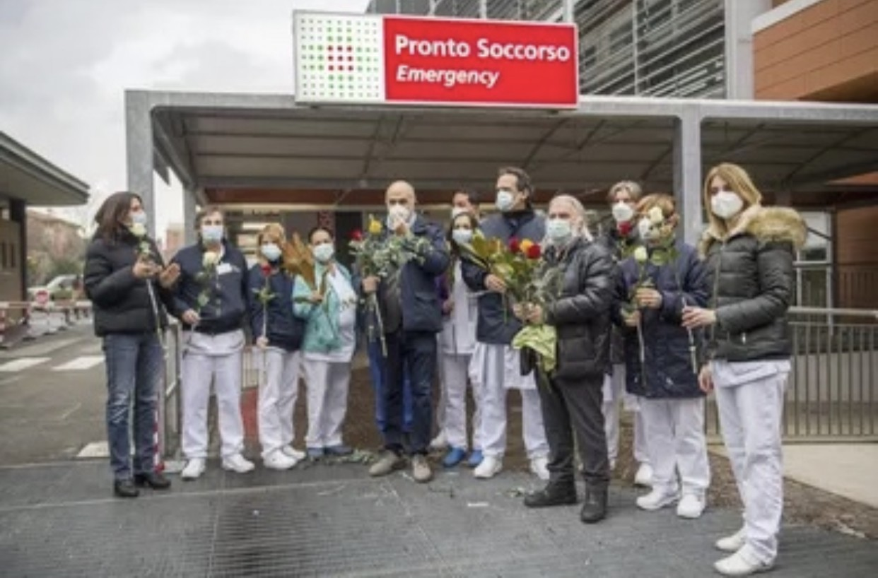 """Fiori in dono ai sanitari che combattono il Covid-19:""""Siamo orgogliosi di voi"""""""