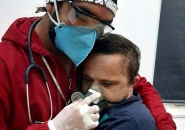 Coronavirus, abbraccio dell'infermiere a ragazzo con sindrome di Down diventa virale: gesto di grande umanità dal Brasile