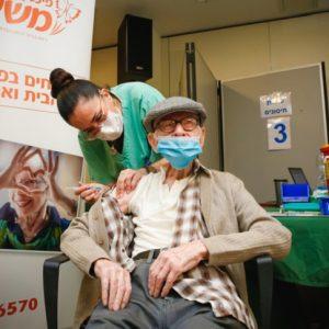 Coronavirus, buone notizie da Israele: positivi in netto calo dopo la prima dose del vaccino Pfizer