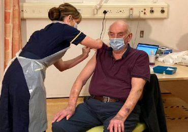 Coronavirus, è un 82enne in dialisi il primo paziente a ricevere il vaccino AstraZeneca in Uk