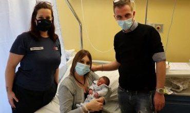 Papà fa nascere il figlio in 12 minuti grazie alla videochiamata con l'infermiera del 118