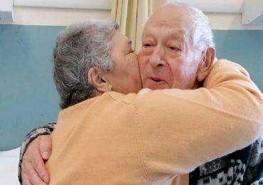 Pistoia, l'amore è più forte del Covid: anziani coniugi festeggiano anniversario in ospedale
