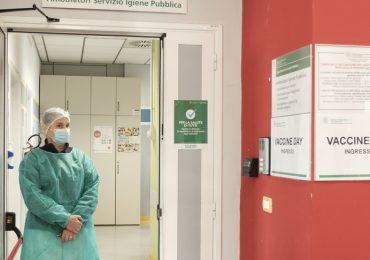 Vaccini Covid-19 somministrati ad amici e parenti: allontanati due medici